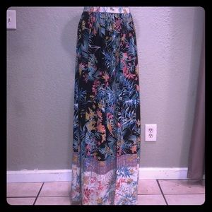 Maxi skirt with tropical theme print.